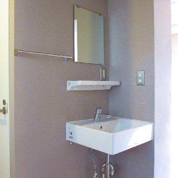 独立洗面台もシュッとしたデザインで使いやすそう※写真は別部屋です