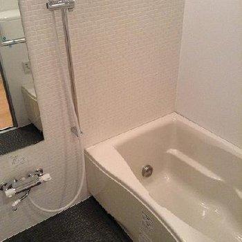 広い浴室。ガラス張りです。※別部屋の写真です
