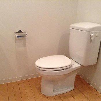 浴室横のトイレ。広い※別部屋の写真です