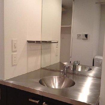 脱衣所にある洗面台。特注です。※別部屋の写真です