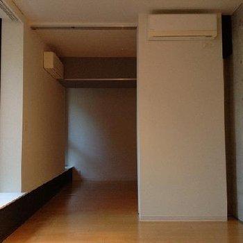 逆にリビングから寝室奥へ向けて※反転タイプの写真です