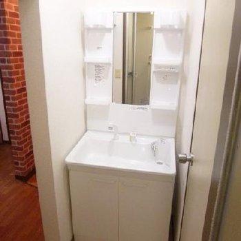 独立洗面台。こちらがあると、物も整理しやすいですね。