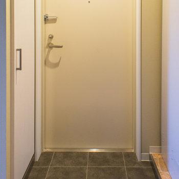玄関はキッチンの前