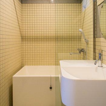 浴槽の上には浴室乾燥機があります。