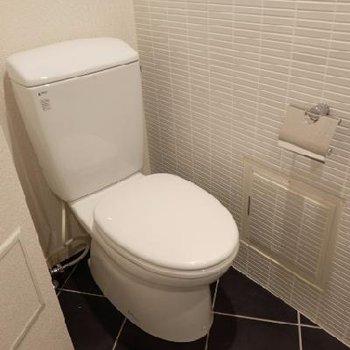 トイレの床とのコントラストがお洒落ですね。