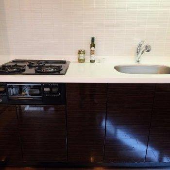 キッチンも3口コンロとグリル付のお部屋になっています
