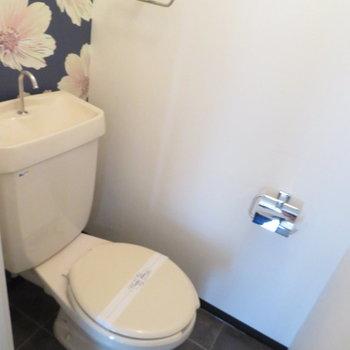 花柄のトイレがかわいらしい
