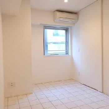 ダイニングは床はちょっとざらつきのある白い石※写真は別部屋