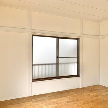 【洋室5.6帖】デスクやラックを配置して、書斎にいかがでしょうか。 ※写真は前回募集時のものです