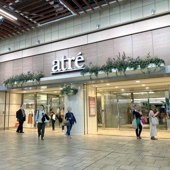駅直結の商業施設も。帰りにショッピングが楽しめますね。