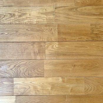 床は全部屋無垢。落ち着いた色合いのヤマグリ材です。 ※写真は前回募集時のものです