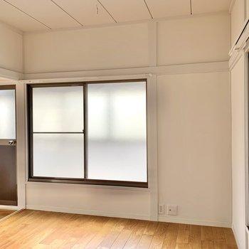 【洋室5.6帖】こちらの窓の外はサンルームになっています。 ※写真は前回募集時のものです