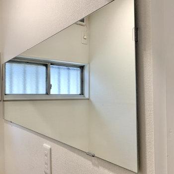 サイドに横長な鏡が付いています。 ※写真は前回募集時のものです
