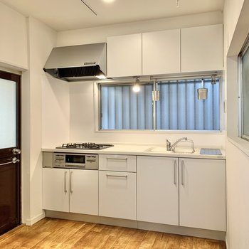 【キッチン】周りはスペースがあり、調理がしやすそう。 ※写真は前回募集時のものです