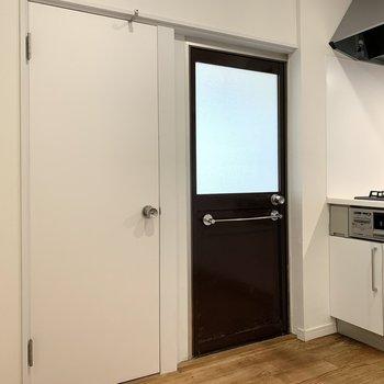 【キッチン】主な水回りはこちら側に。 ※写真は前回募集時のものです
