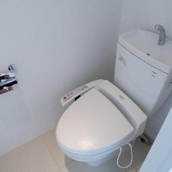 トイレも白い。