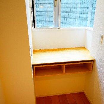 窓横に書斎スペースも!