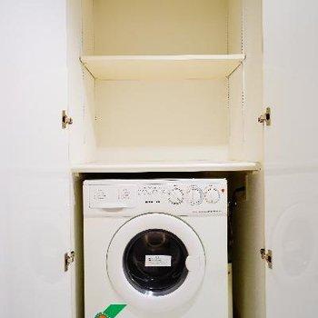 扉を開けると、洗濯機がこんにちわ。