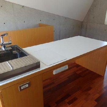 アイランドキッチン。ココでご飯食べられそうですね ※写真は201号室