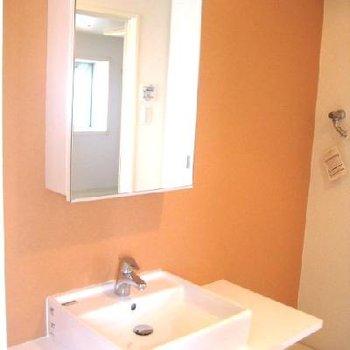 洗面台はシンプルで、クロスの色がここだけ可愛いですね。