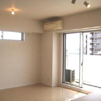 家具の配置などを考慮し、窓が高い位置にあるんです。