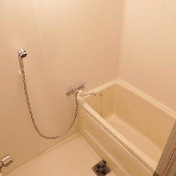 お風呂は昔のままのものをリニューアルした感じ。水栓・シャワーなどは新品になっていますね