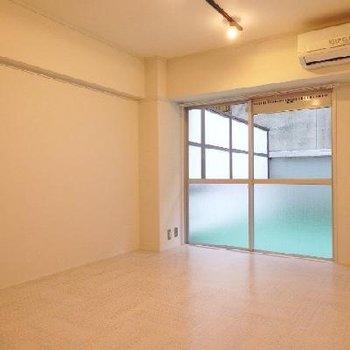 寝室部分。こちらはクッションフロアの床です