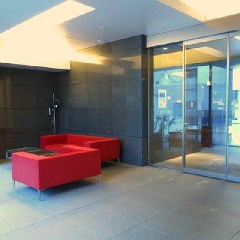 赤いソファーが目を引く1階の共有部。