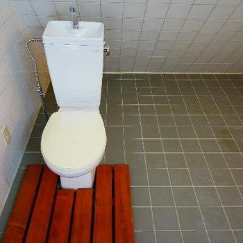ウッドデッキが引かれたトイレ!