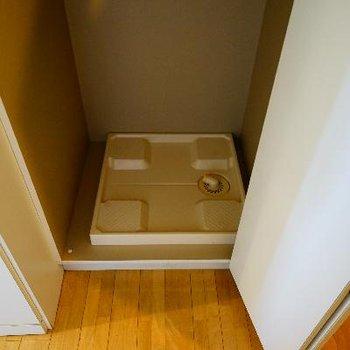 玄関横に洗濯機を。扉で隠せます♪