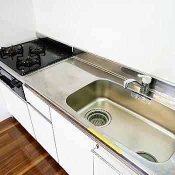 キッチンはゆったり!3口ガスにグリルも♪
