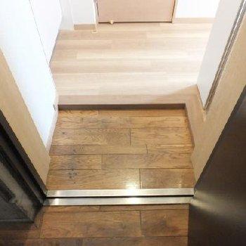 共用部の廊下部分と玄関は同じ素材。