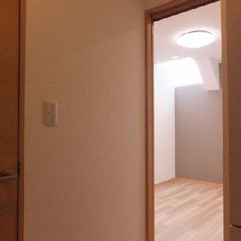 お部屋に入ると、天窓からの光がまぶしい。