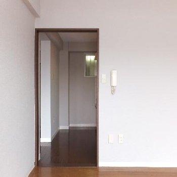 窓側から。8帖のお部屋とキッチンの間にドアはありません。