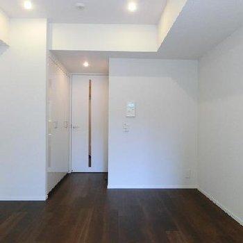 白とブラウンのシックなお部屋です。