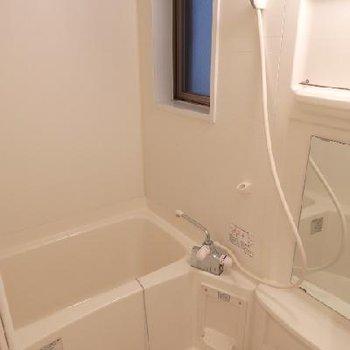 窓付きのお風呂が嬉しい!※写真は別部屋