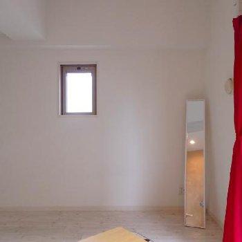 角部屋です。天井にライティングレールがあるのが見えますか?