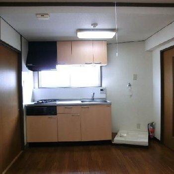 リビングルーム。キッチンの横に洗濯機置きます。