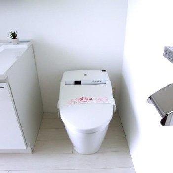脱衣所にトイレです。洗濯機もこちらです。