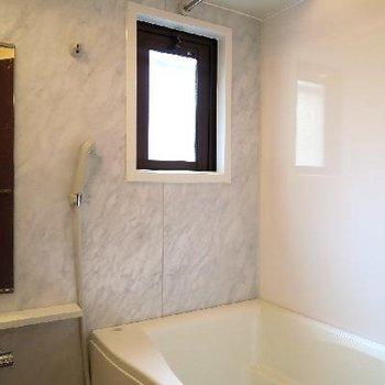 お風呂も小窓付きです〜。
