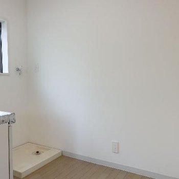 キッチンの後ろは、洗濯機置き場と冷蔵庫置き場。