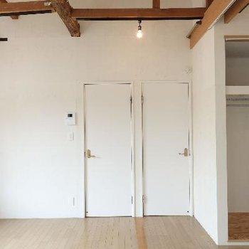2枚のドア、行き先は同じ。リフォームの跡ですね。