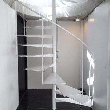 1階エントランス。螺旋階段が美しい☆