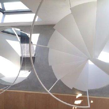 2階部分階段と吹き抜けの全貌。吹き抜けも円型。