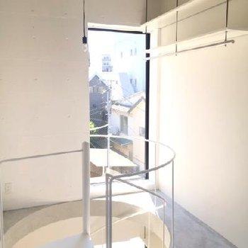 3階、逆側からの眺め。床、天井共にコンクリート。ここにも物干し竿☆