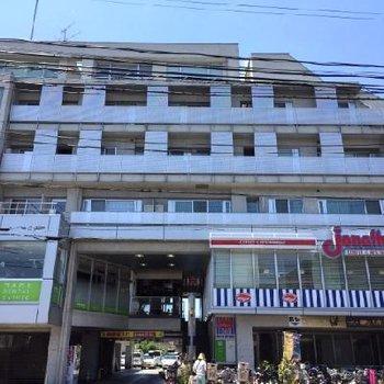 立派な建物です。1階はファミレス。