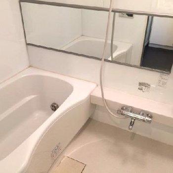 お風呂も広々〜。横長の鏡がタイプです。