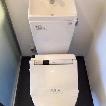 トイレは洗面台と併設です。