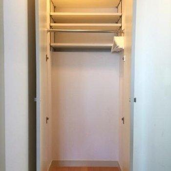 玄関部にある唯一のクローゼット。電気つくんです!