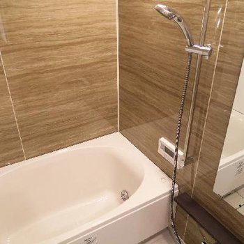 お風呂も木目調でゆったりと。